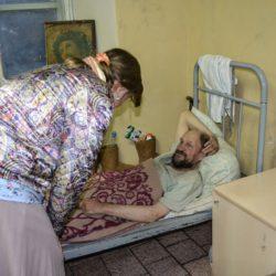 Для лежачих больных собираем средства по уходу, лекарства и продукты для бездомных людей