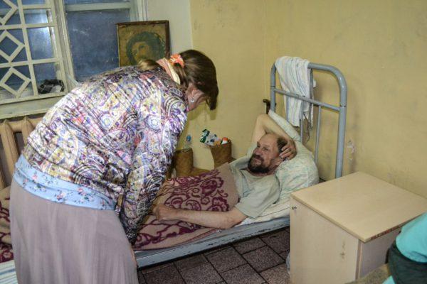Для лежачих больных собираем средства по уходу и продукты для бездомных людей