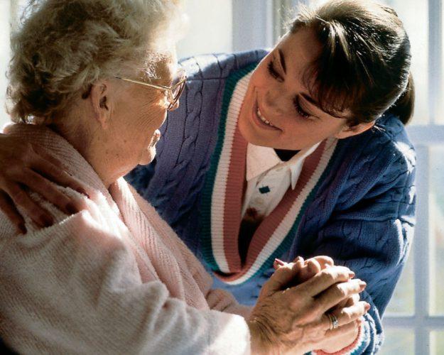 Нужен помощник сопровождать пожилую женщину