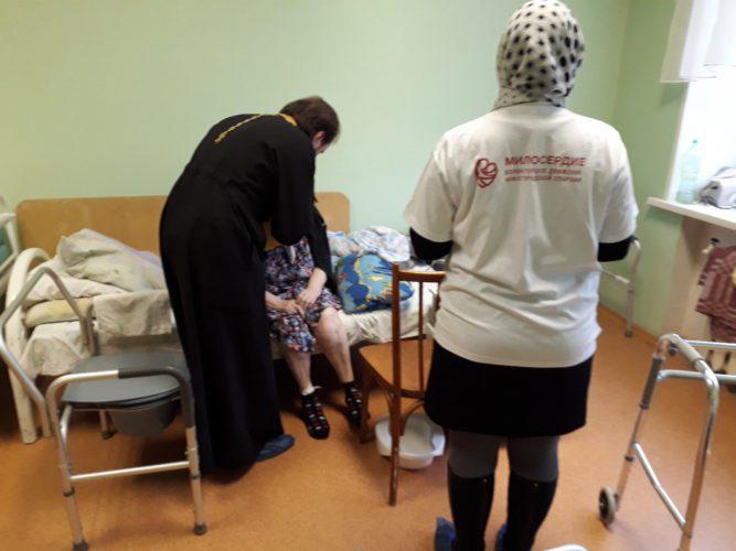 Волонтеры помогли исповедоваться и причаститься пожилым людям в больнице 34